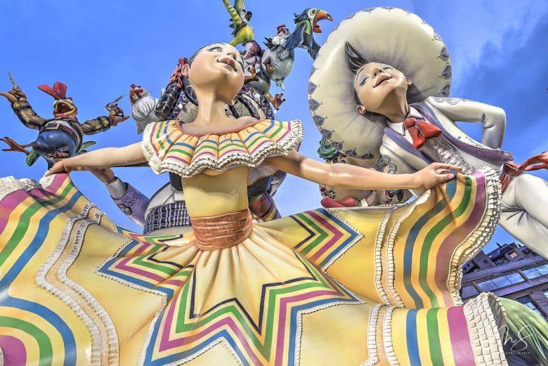 Bailarina principal luciendo traje regional mexicano