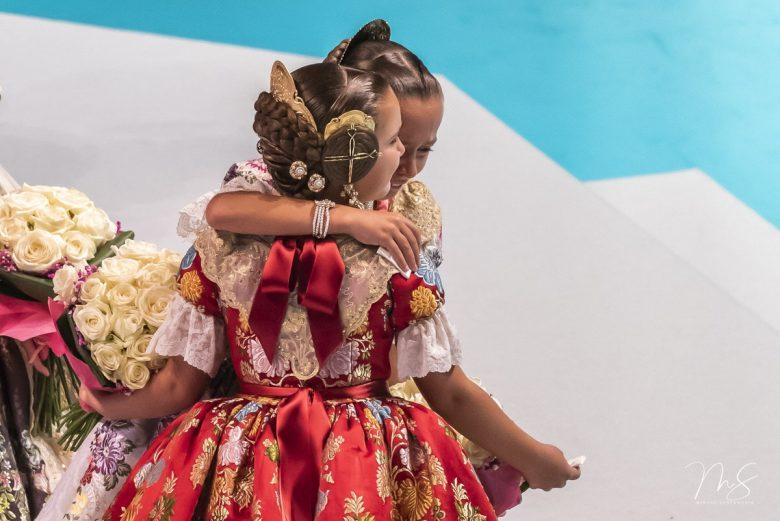Raquel Ganau Giner frente abrazando a Aroa por Miguel Santamaría Vicent.
